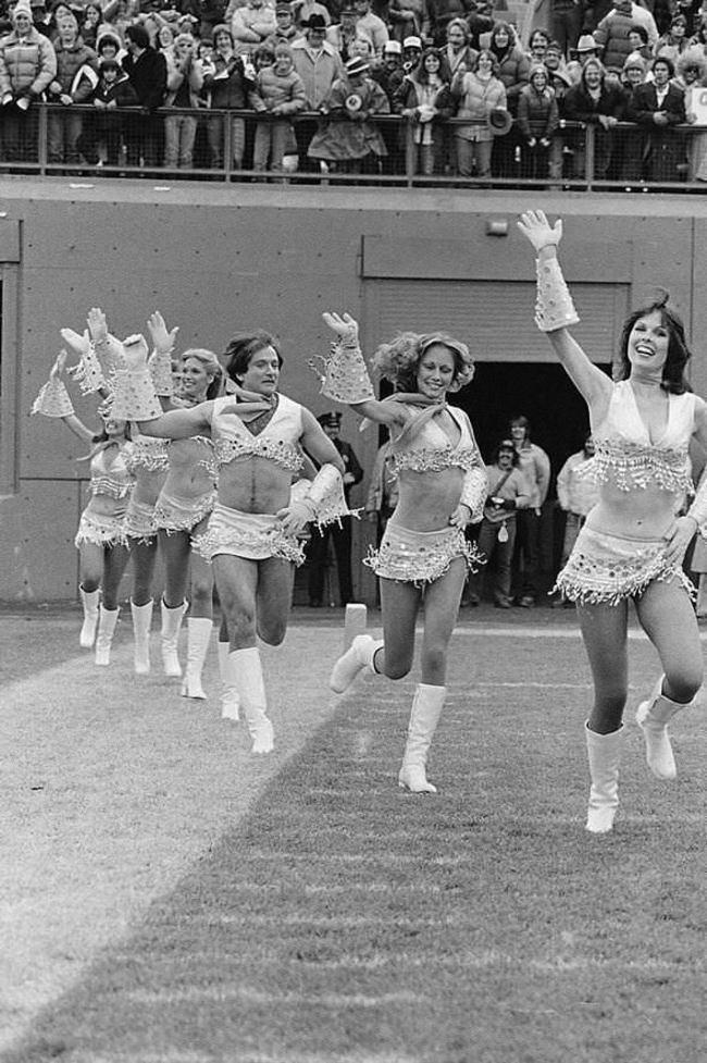 Робин Уильямс в костюме чирлидерши, 1980 год