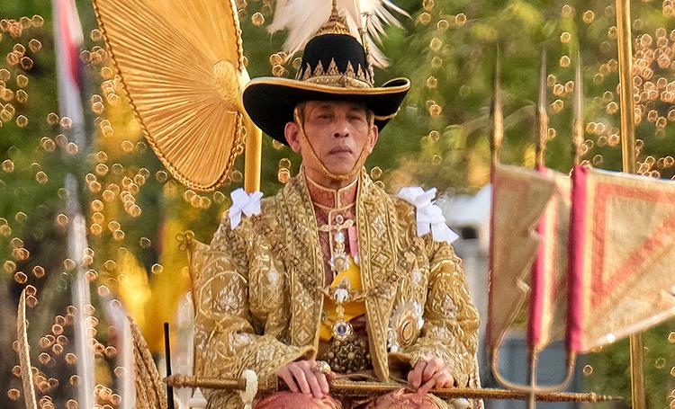 """""""Дворец наслаждений"""" и велопрогулки с гаремом: новые подробности роскошного карантина короля Таиланда"""