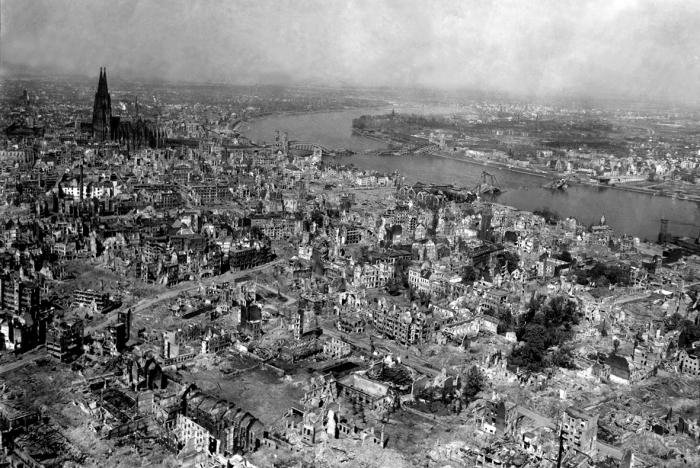 Руины Дрездена после бомбардировки союзниками.
