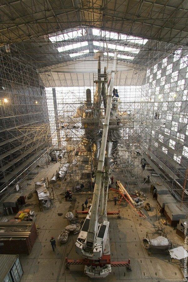 Это павильон, в котором происходила сборка Рабочий и колхозница, внутри, интересно, монумент, статуя