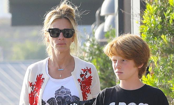 Уличный шик: Джулия Робертс с сыном на шопинге в Малибу