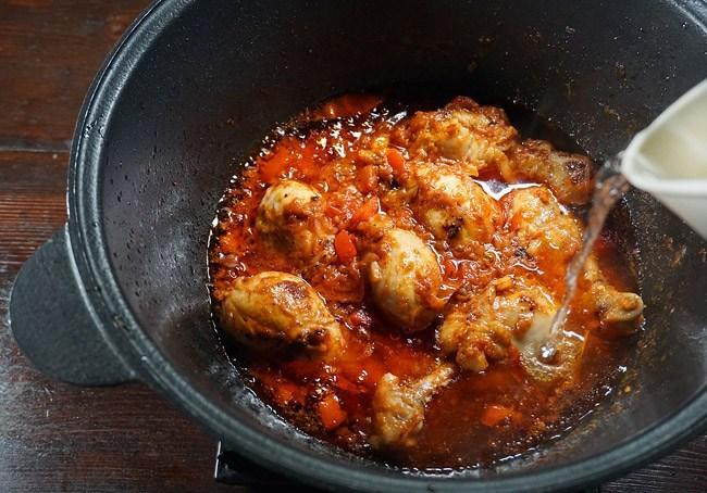 добавление воды в жаркое с курицей и нутом