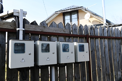 Россиянам назвали признаки воровства электричества соседями по даче
