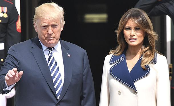 Почему Мелания Трамп носит пальто в жару: модный психолог расшифровал новый образ первой леди США