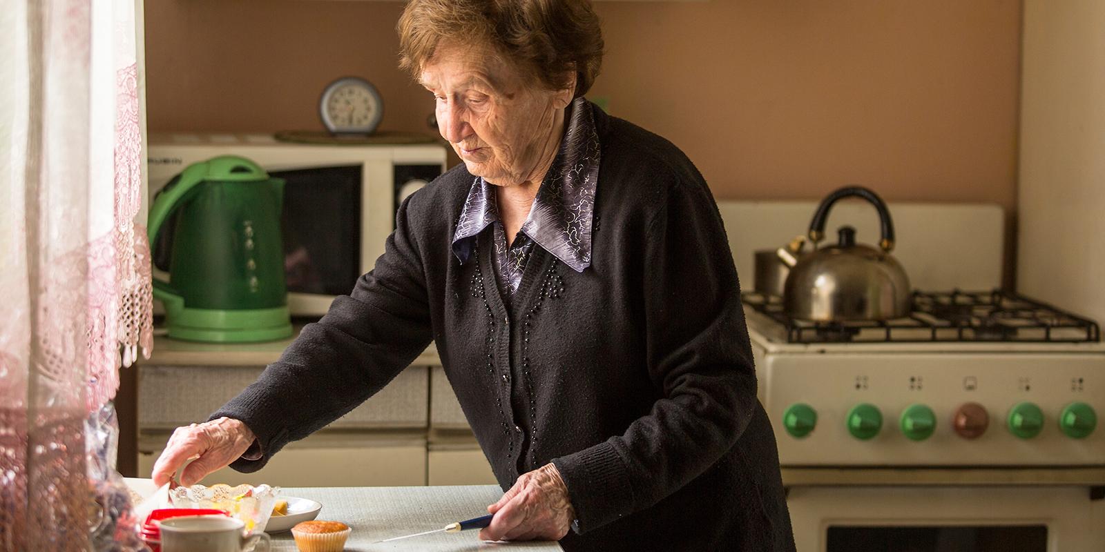 Скользкий пол и старые ковры: 8 опасностей, которые угрожают пожилым дома и на улице жилье,опасность,полезные советы