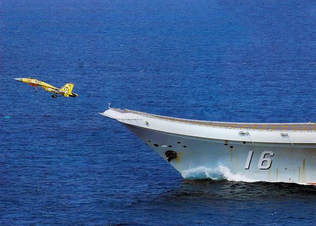 Китайский палубный истребитель J-15 допустили к ночным полетам