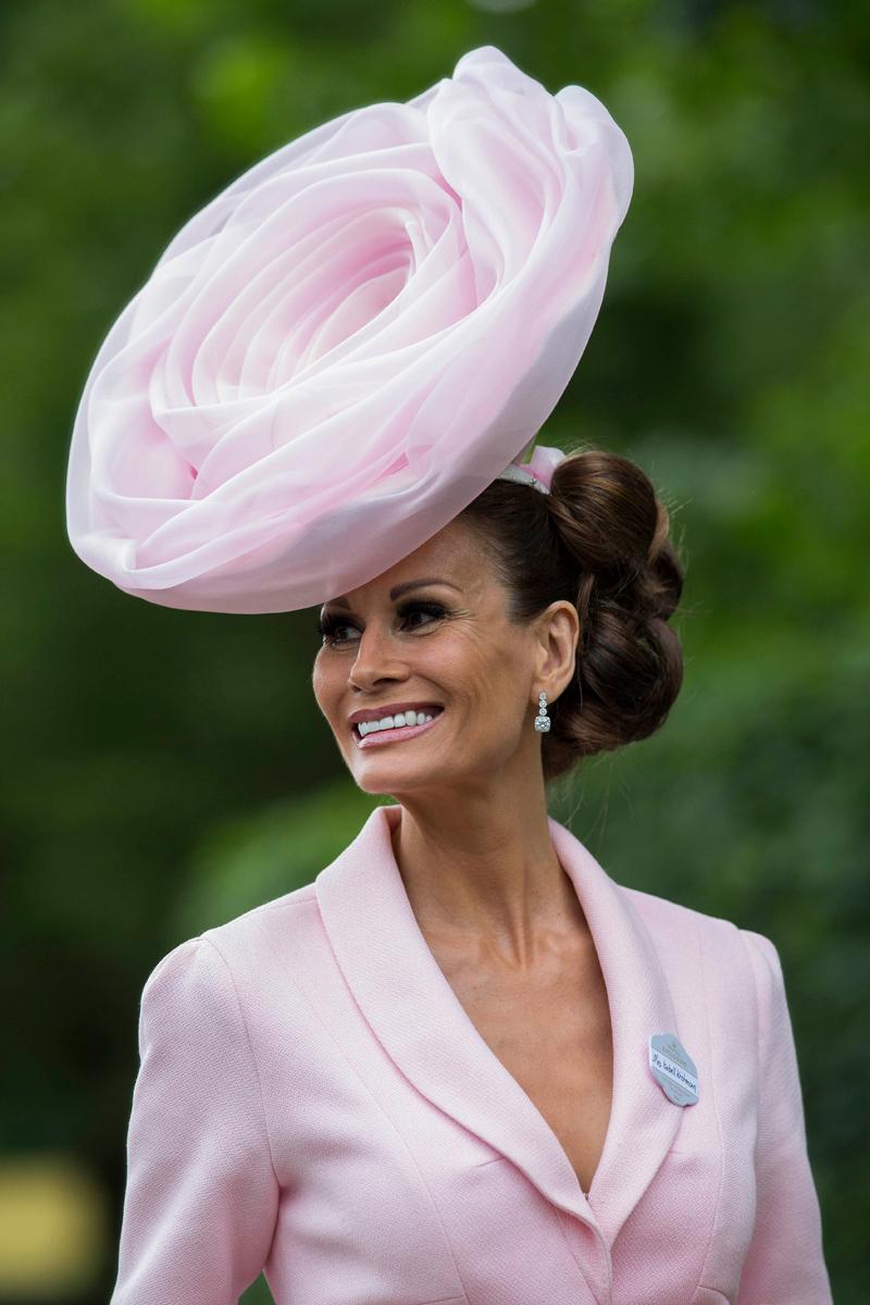 Павлин, вешалка и подсолнух: самые безумные шляпки королевских скачек