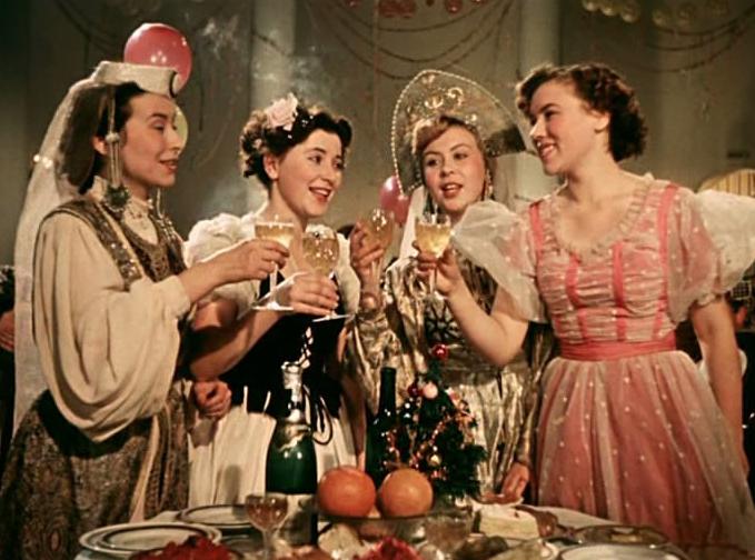 Диетологи обвинили СССР в традиции новогоднего переедания