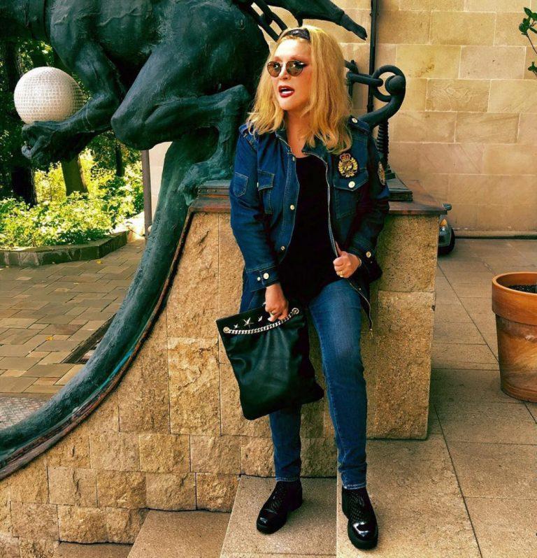 70 лет не приговор: стильные современные образы Аллы Пугачевой Пугачева, боится, часто, ярких, образов, образ, джинсы, выглядит, можно, Примадонна, Обувь, такие, футболка, певицы, обувь, Борисовны, Причем, любимых, время, монохромных
