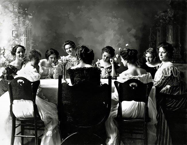 Девушки из студенческой организации США Delta Kappa Epsilon, 1905 год интересно, исторические кадры, исторические фото, история, ретро фото, старые фото, фото