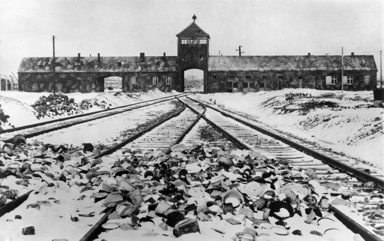 Вход в концлагерь Аушвиц после его освобождения в январе 1945 года аушвиц, вторая мировая война, день памяти, конц.лагерь, концентрационный лагерь, освенцим, узники, холокост