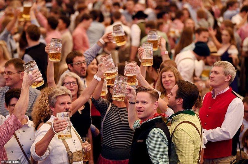 Все чокаются пивом на открытии фестиваля ynews, бавария, гуляния, мюнхен, октоберфест, октоберфест 2018, пивной фестиваль, пиво
