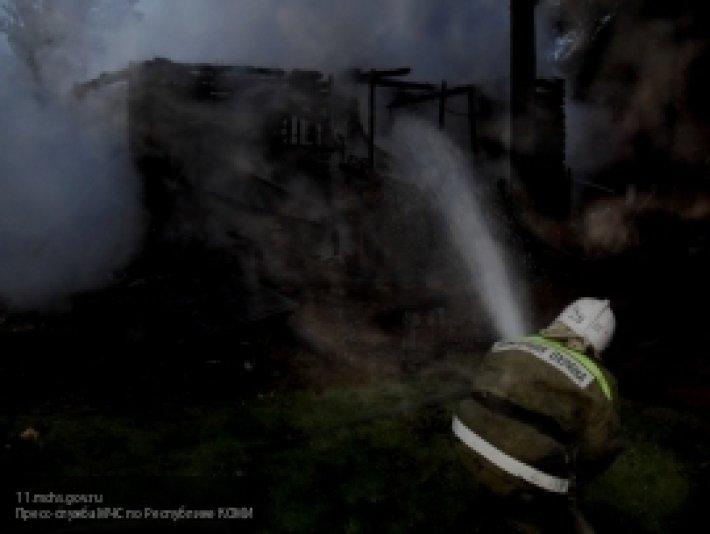 В Ульяновске сотрудники МЧС спасли человека из горящего деревянного дома