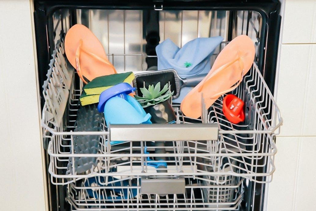 8 удивительных вещей, которые стоит засунуть в посудомоечную машину