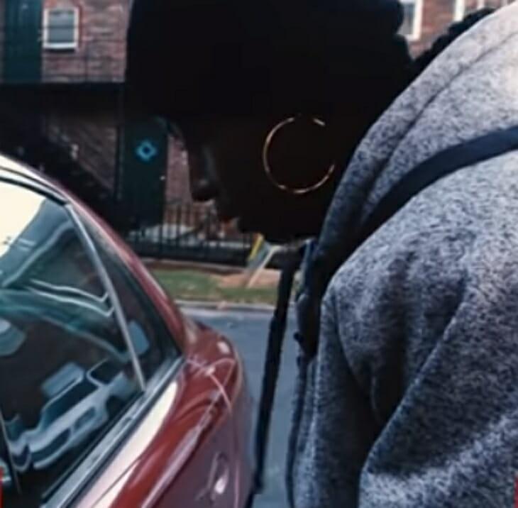 Полицейский оштрафовал мать-одиночку, но то, что он увидел в машине заставило его сделать это….