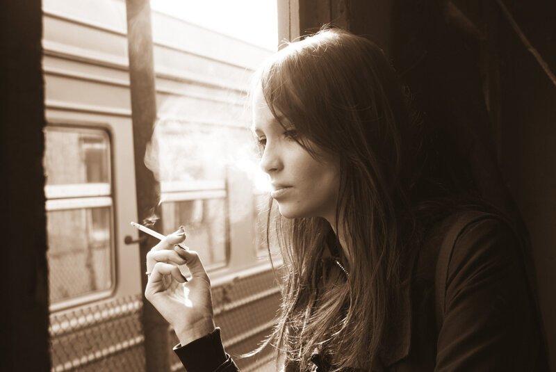 В Госдуме посоветовали пассажирам поездов вовремя менять носки и задумались о штрафах ynews, госдума, курение, опрос, поезж, ржд, тамбур, штрафы