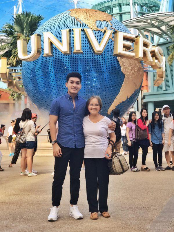 Мать работала 20 лет заграницей,чтобы помочь своим семерым детям. Когда она ждала в аэропорту вылета,сын удивил ее