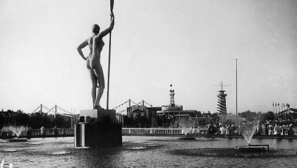 """Скульптура """"Девушка с веслом"""""""