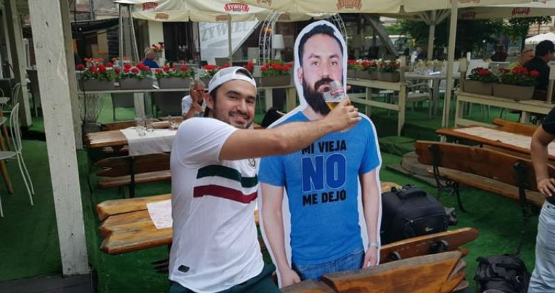 Жена не отпустила мексиканского фаната на чемпионат, поэтому друзья повезли в Россию его картонную копию