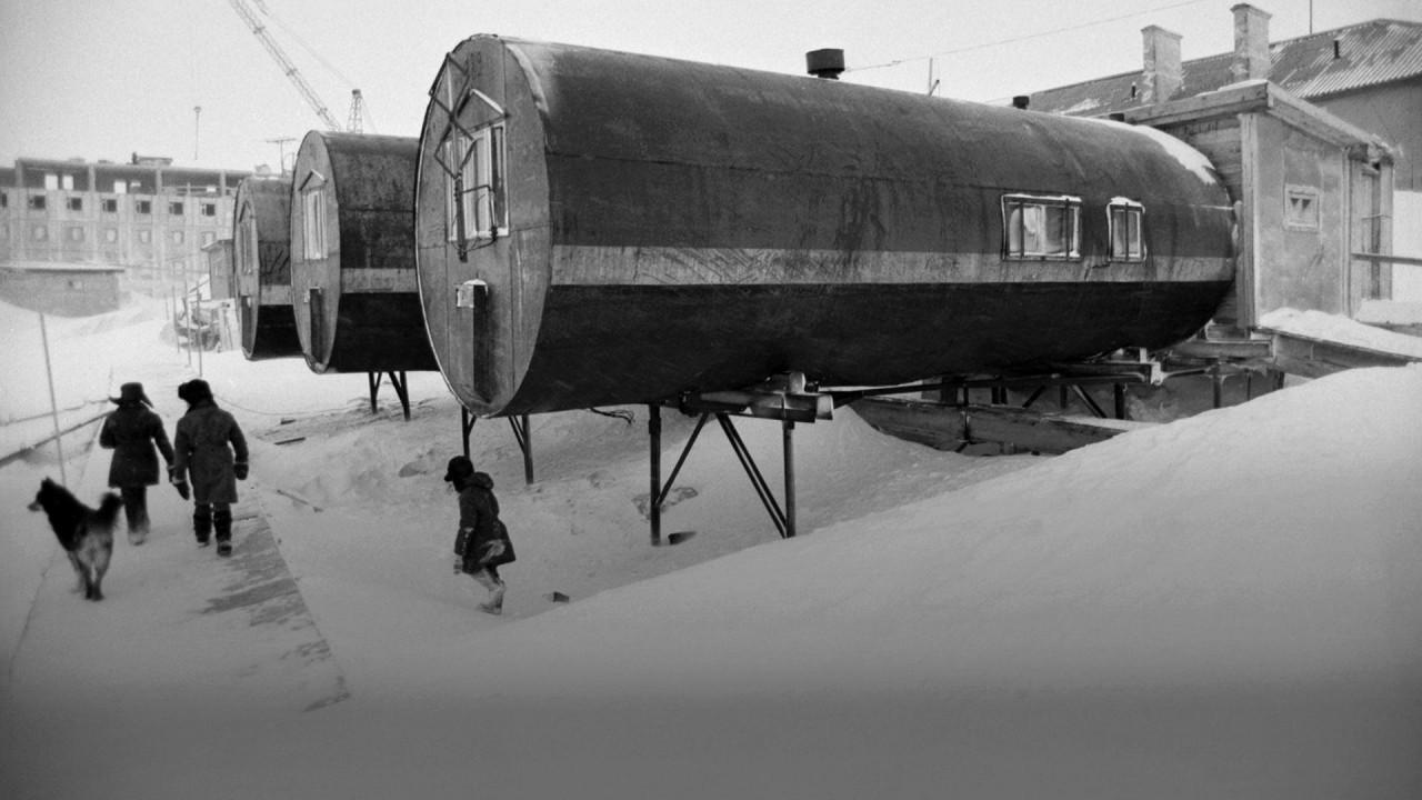 Жилая тара: почему на севере России люди десятилетиями живут в бочках необычное жилье
