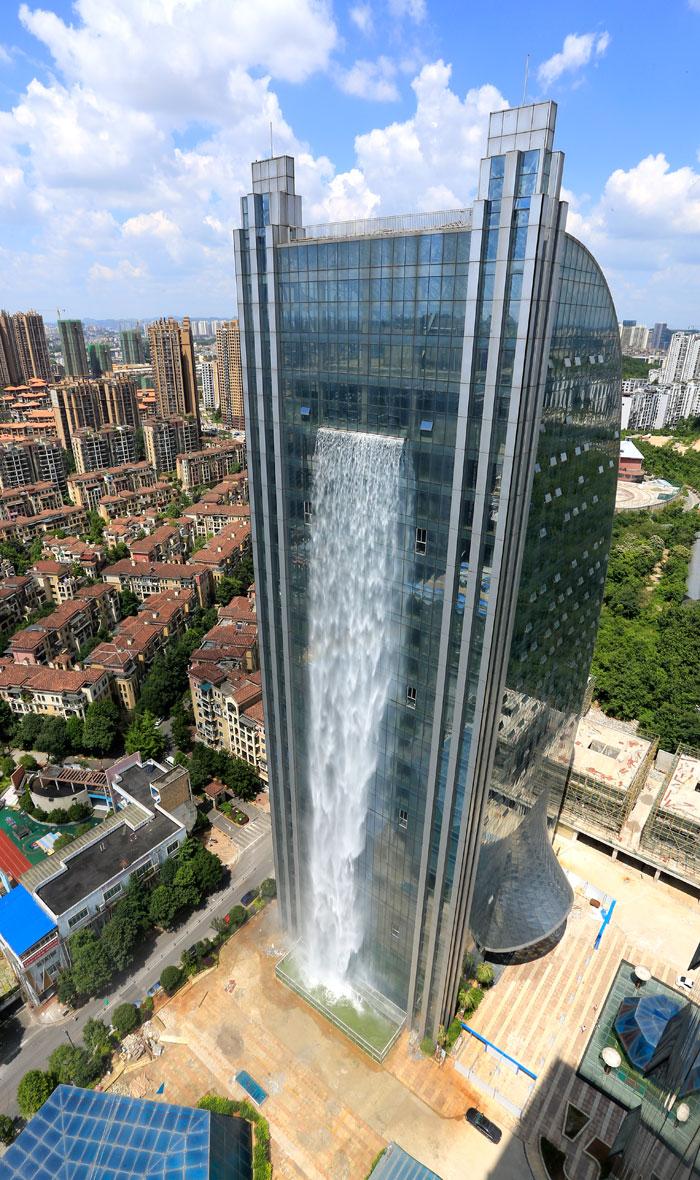 В Китае появился небоскреб с водопадом
