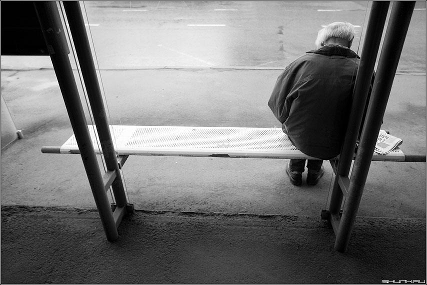 Остановился купить сигарет ночью, вижу сидит дедушка и ему явно плохо…