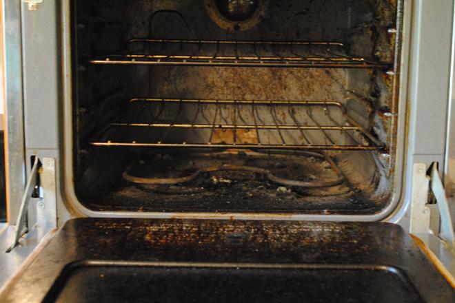 Простой способ очистить грязную духовку