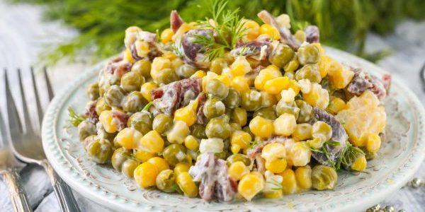 Салат с консервированным горошком, кукурузой и колбасой
