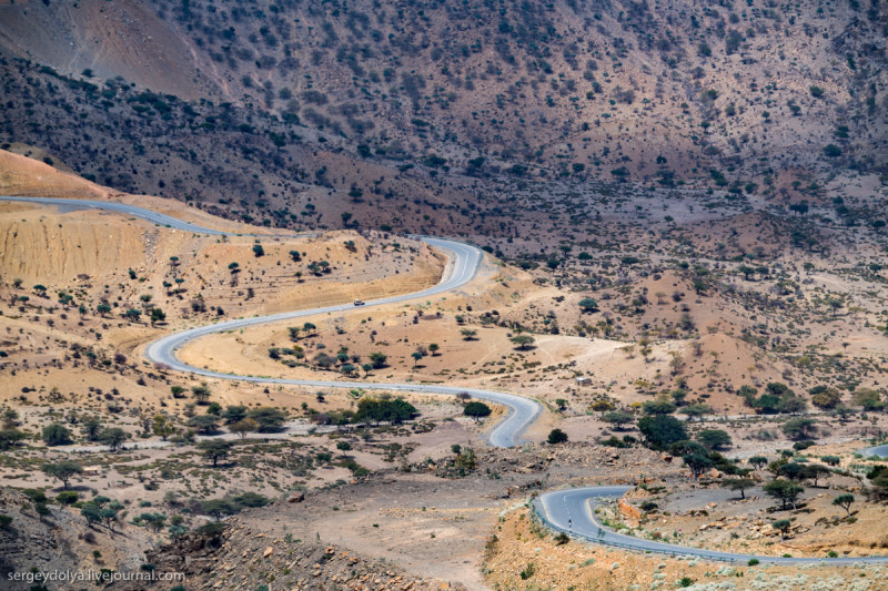 Китайцы постепенно завоевывают Африку, строя безупречные дороги, по которым никто не ездит