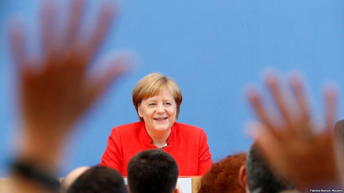 Ангела Меркель в Грузии решилась посмотреть в бинокль на военное присутствие России на Кавказе