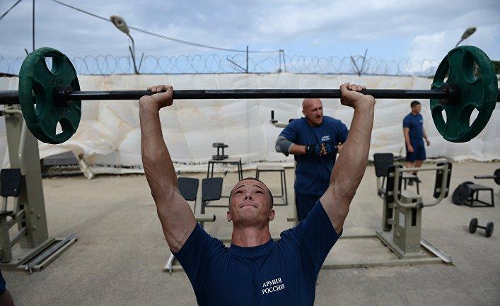 """Российские военнослужащие занимаются физической подготовкой на авиабазе """"Хмеймим"""" в Сирии"""