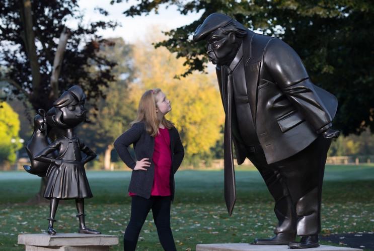 В Англии установили памятник кричащего на ребенка Дональда Трампа