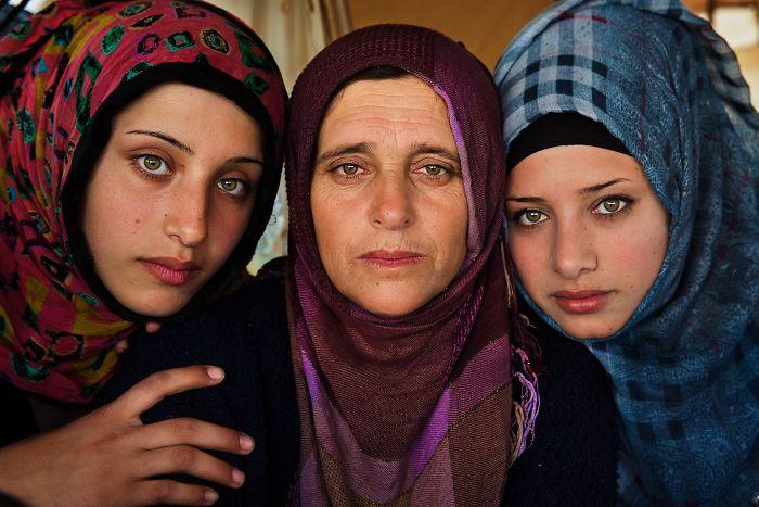 Румынский фотограф запечатлел сентиментальность материнства в разных странах