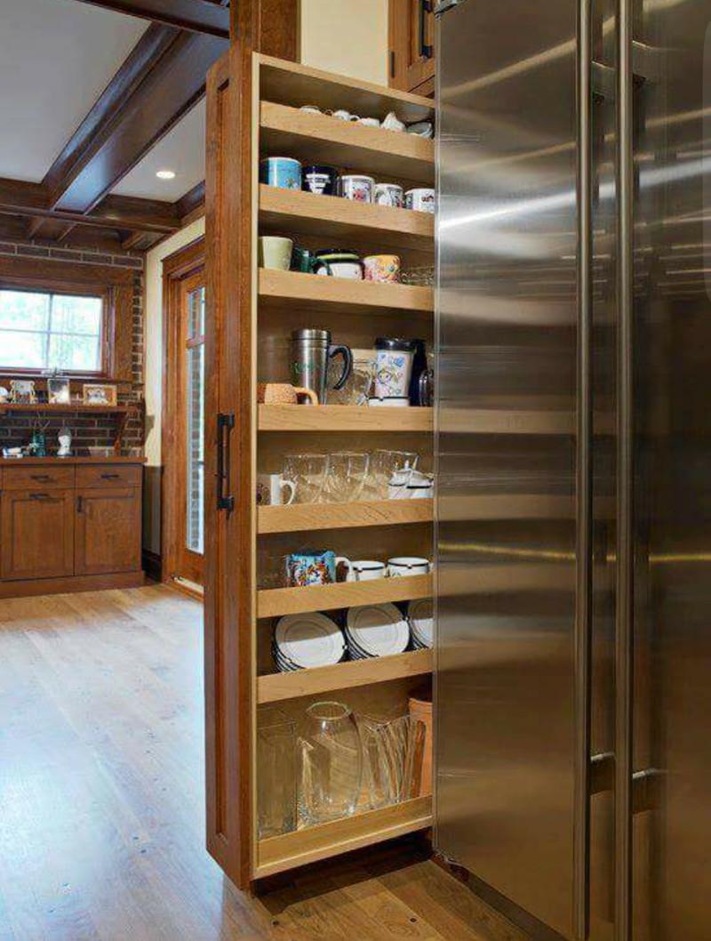 Выдвижные вертикальные стеллажи хорошим тем, что они глубокие и вмещают больше предметов дизайн, интерьер, маленькая кухня, полезные советы для дома, фото