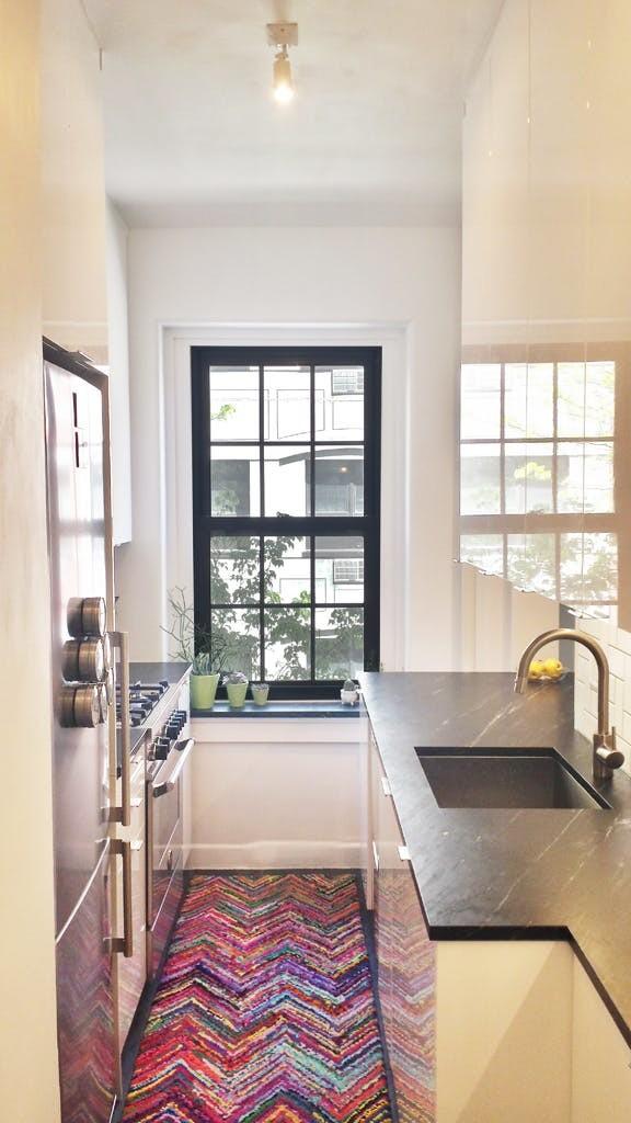 Длинные кухни - это стильно. Если у вас слишком большая кухня и маленькая гостиная, то зоны вместо стен можно разделить с помощью стеллажей дизайн, интерьер, маленькая кухня, полезные советы для дома, фото