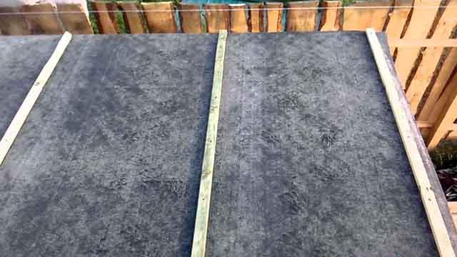 Прибитый планками рубероид на крыше