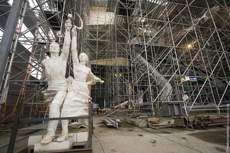 Вот этот макет Рабочий и колхозница, внутри, интересно, монумент, статуя