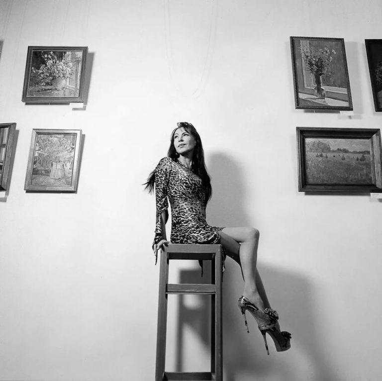 «Ножки как у молодой девушки»: 55-летняя Хлебникова в мини восхитила подписчиков