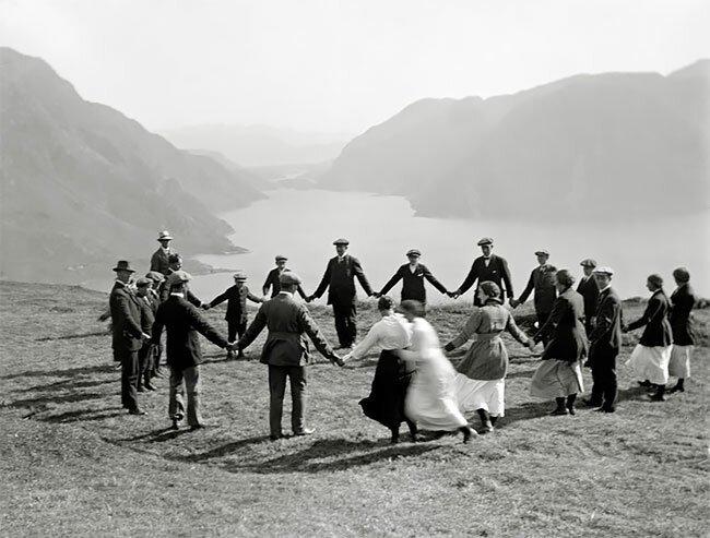 Жители коммуны Хасвик в Норвегии играют в игру slå på ring, 1910 год интересно, исторические кадры, исторические фото, история, ретро фото, старые фото, фото