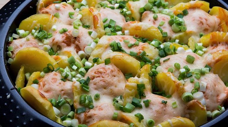 Картофель с куриными котлетками, в сметанном соусе: ужин для всей семьи