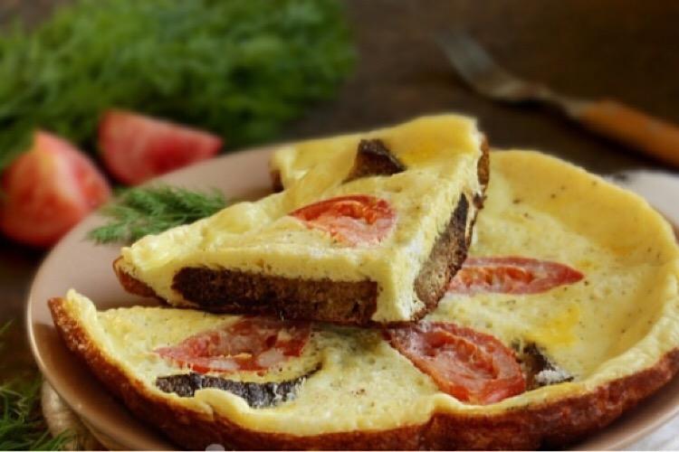 Сытный и аппетитный завтрак: фриттата с хлебом