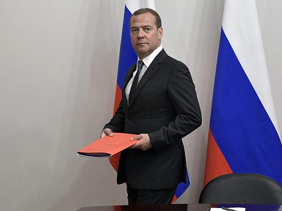 """""""Не порывал своих связей с """"Единой Россией"""" Медведев поздравил Беглова с победой, не дожидаясь официальных итогов выборов"""