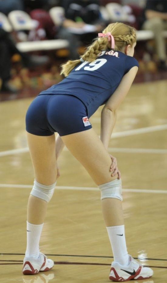 Hot girls playing volleyball — pic 9