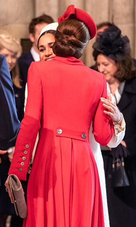 Поцелуи в щеку и милая беседа: Кейт Миддлтон и Меган Маркл опровергли слухи о своей вражде Монархи / Британские монархи