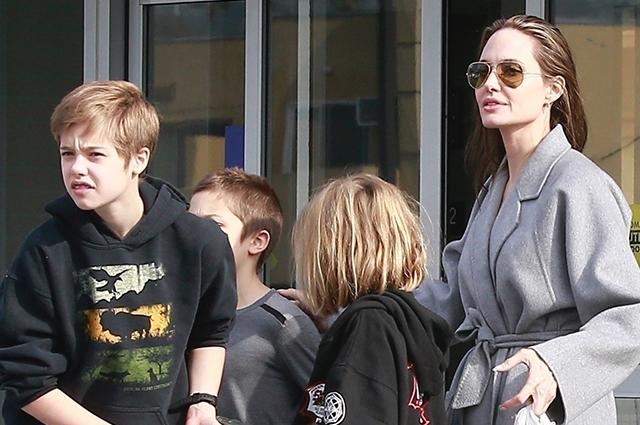 Шопинг-марафон: Анджелина Джоли вместе с детьми посетила супермаркет накануне Рождества