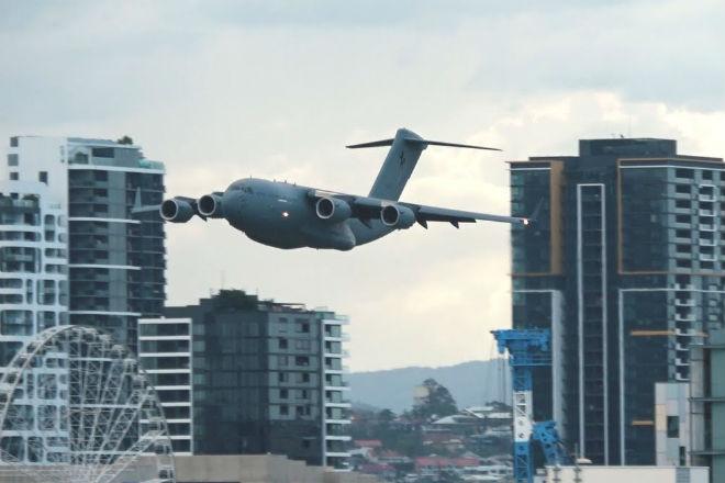Военный транспортник устроил безумный полет среди небоскребов