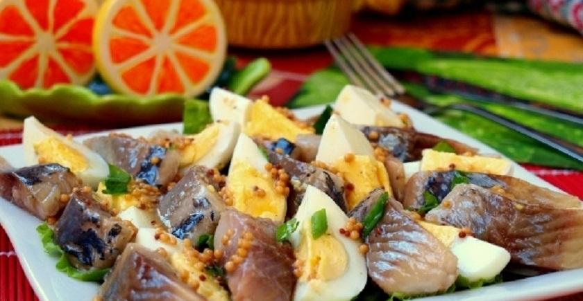 Салат из сельди и яиц с горчичной заправкой: подойдет к гарниру из картофеля или риса