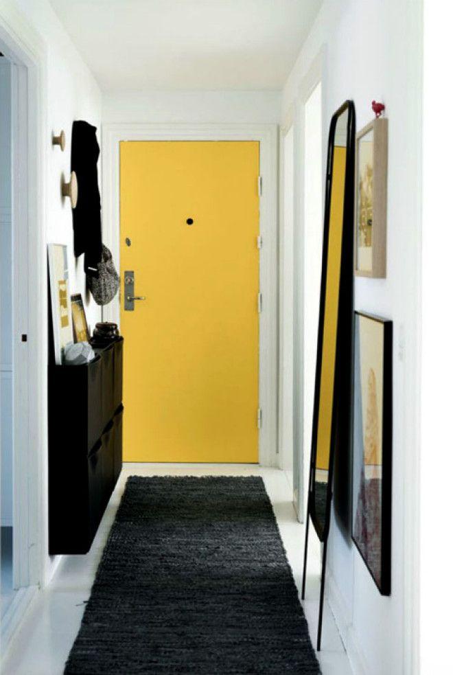Прихожая со светлыми стенами и желтой дверью