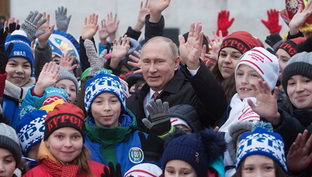 """""""Как вы относитесь к оппозиции?"""": Путин пообщался с детьми после Кремлевской елки"""