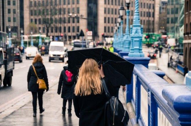 https://files.adme.ru/files/news/part_165/1650565/8335915-woman-umbrella-rain-street-451849-1511113820-650-b6a46b943f-1513685244.jpg
